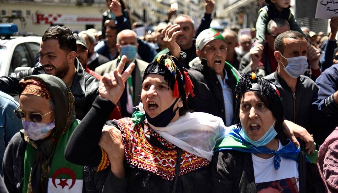 جزائريون يرددون هتافات خلال تظاهرة مناهضة للحكومة في العاصمة الجزائر (23 نيسان 2021، ا ف ب).