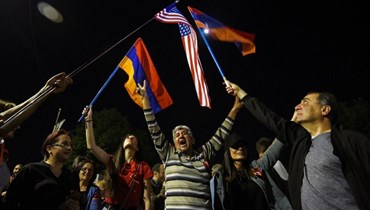 رفع العلمين الأرميني والأميركي في يريفان (أ ف ب).
