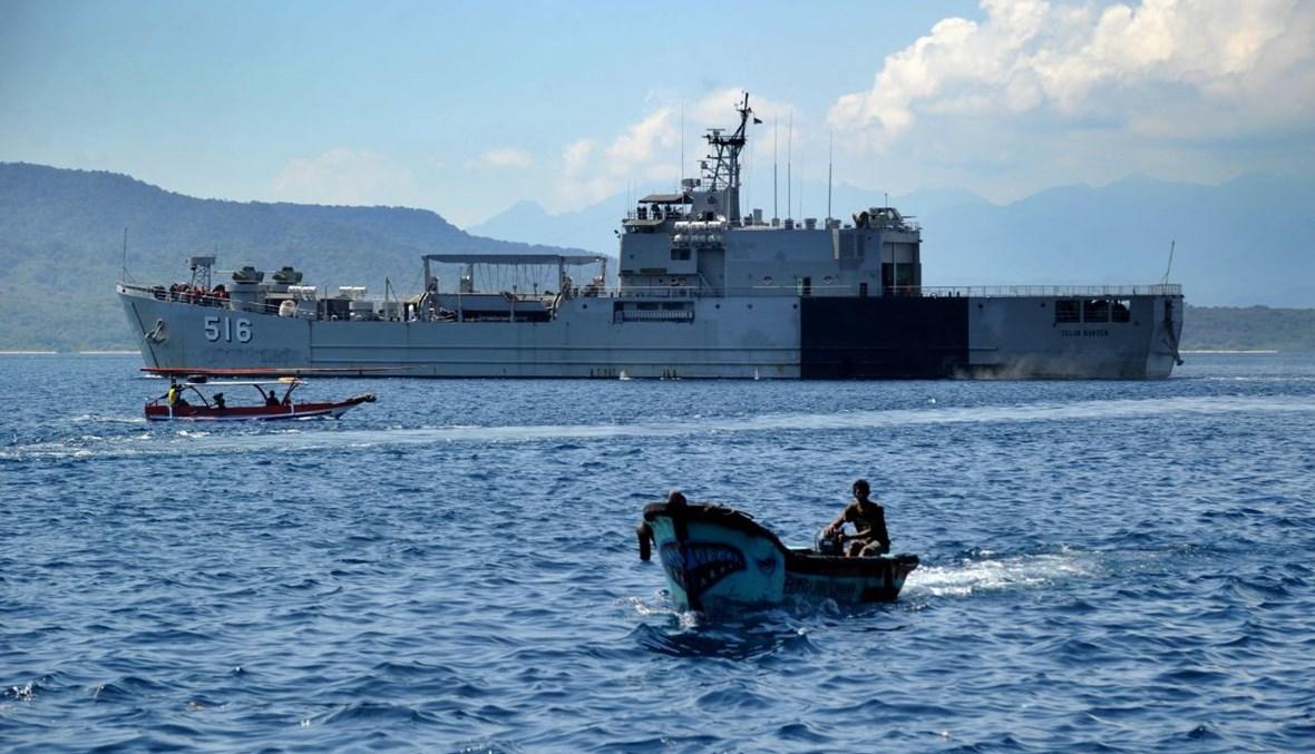 سفينة تابعة للبحرية الإندونيسية تنطلق من ميناء تانجونغوانجي بالقرب من القاعدة البحرية في بانيووانجي بمقاطعة جاوة الشرقية، للانضمام الى عمليات البحث عن الغواصة المفقودة (25 نيسان 2021، أ ف ب).