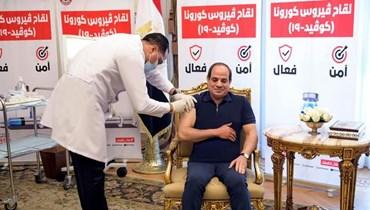 السيسي خلال تلقيه لقاح كورونا (صفحة المتحدث الرسمي للرئاسة المصرية في الفايسبوك).