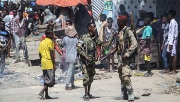 عناصر من القوة العسكرية الصومالية الداعمة لقادة المعارضة المناهضة للحكومة، في أحد شوارع مقديشو بالصومال (25 نيسان 2021، أ ف ب).