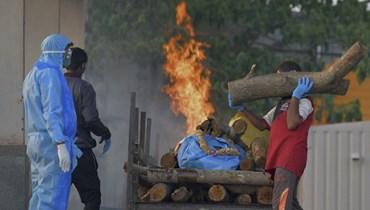 إحراق جثث ضحايا كورونا في الهند (أ ف ب).