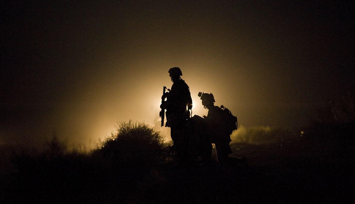 مشاة البحرية الأميركية خلال البحث عن مفقودين بعد انفجار عبوة ناسفة في منطقة جارمسير بإقليم هلمند (أ ف ب- 13 تموز 2009).