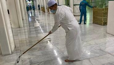 بالصورة: وزير ينظّف الحرم المكي!
