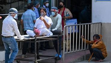 ادخال شخص مصاب بكورونا الى مستشفى في نيودلهي (29 نيسان 2021، أ ف ب).