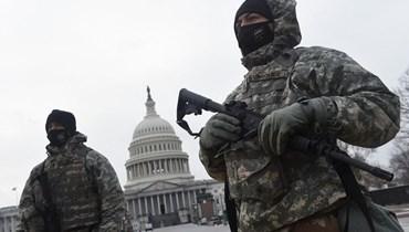 عنصران من الحرس الوطني امام مبنى الكابيتول في واشنطن.   (أ ف ب)