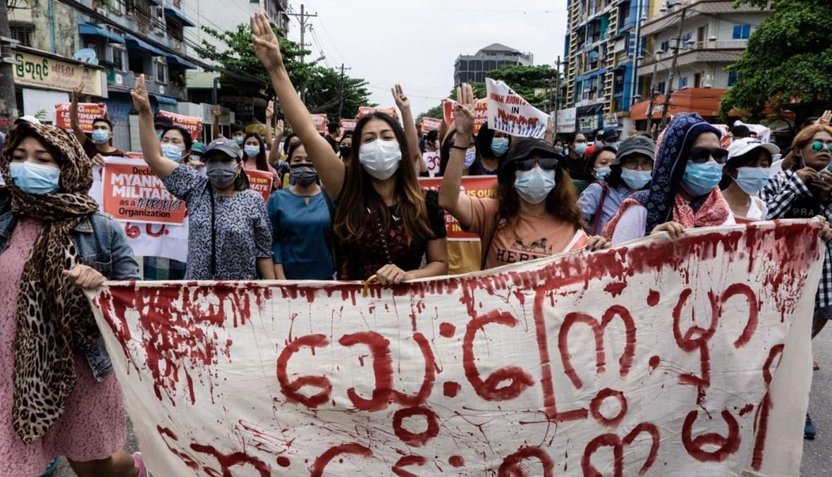 تظاهرة ضد الانقلاب العسكري في بلدة ثينغانغيون في يانغون (30 نيسان 2021، أ ف ب).