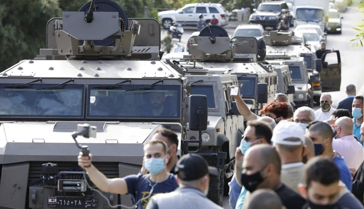 """آليات لقوى الأمن تصل إلى مكاتب شركة """"مكتّف"""" للصيرفة خلال اقتحام القاضية عون المكان (حسام شبارو)."""