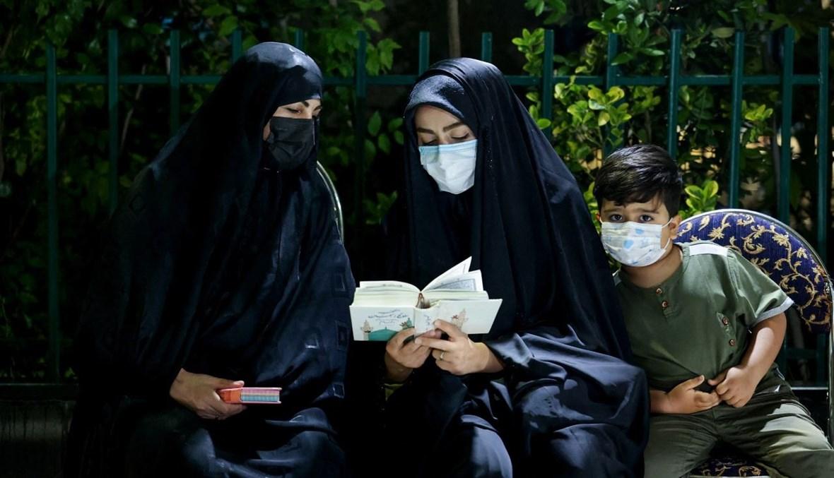 إيرانيون يحضرون صلاة ليلة القدر خارج مسجد إمام زاده عينالي زينالي في طهران (1 ايار 2021، أ ف ب).
