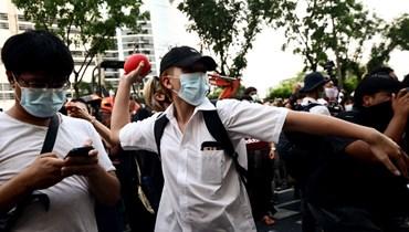 متظاهر يرشق مقر المحكمة في بانكوك (2 ايار 2021، أ ف ب).