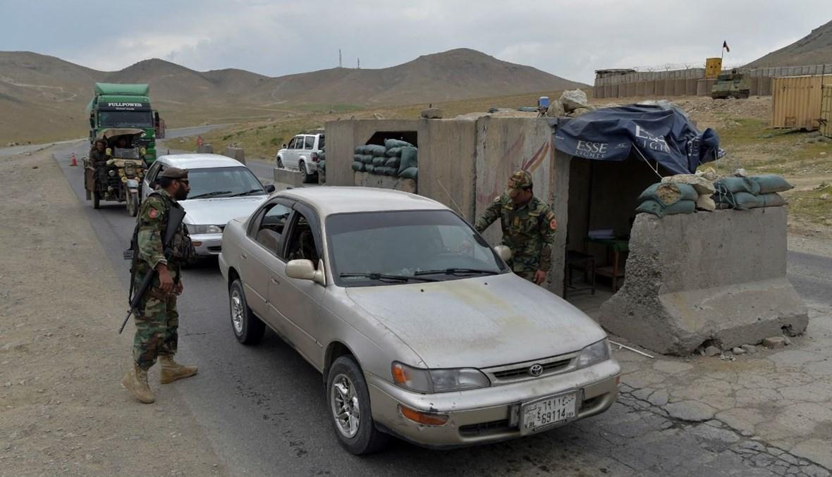 جنود أفغان عند نقطة تفتيش في ضواحي كابول (29 نيسان 2021، أ ف ب).