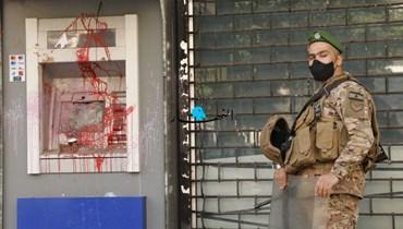جندي للجيش أمام أحد المصارف (تعبيرية).