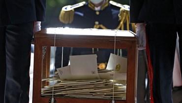 صندوق الاقتراع الذي يحتوي أصوات أعضاء مجلس النواب لمرشحي الانتخابات الرئاسية السورية (أ ف ب).