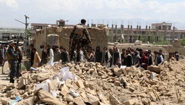 رجال أمن أفغان انتشروا في موقع انفجار سيارة مفخخة في محافظة لوغار (1 ايار 2021، أ ف ب).