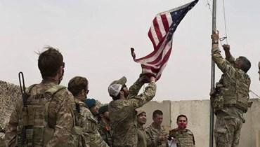 جنود أميركيون خلال عملية تسليم لقاعدة إلى الجيش الافغاني في ولاية هلمند الاحد. (أ ف ب)