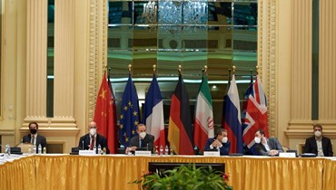 """الوفود المشاركة في المفاوضات النووية خلال اجتماع في فندق """"غراند أوتيل"""" بفيينا السبت.  (أ ف ب)"""
