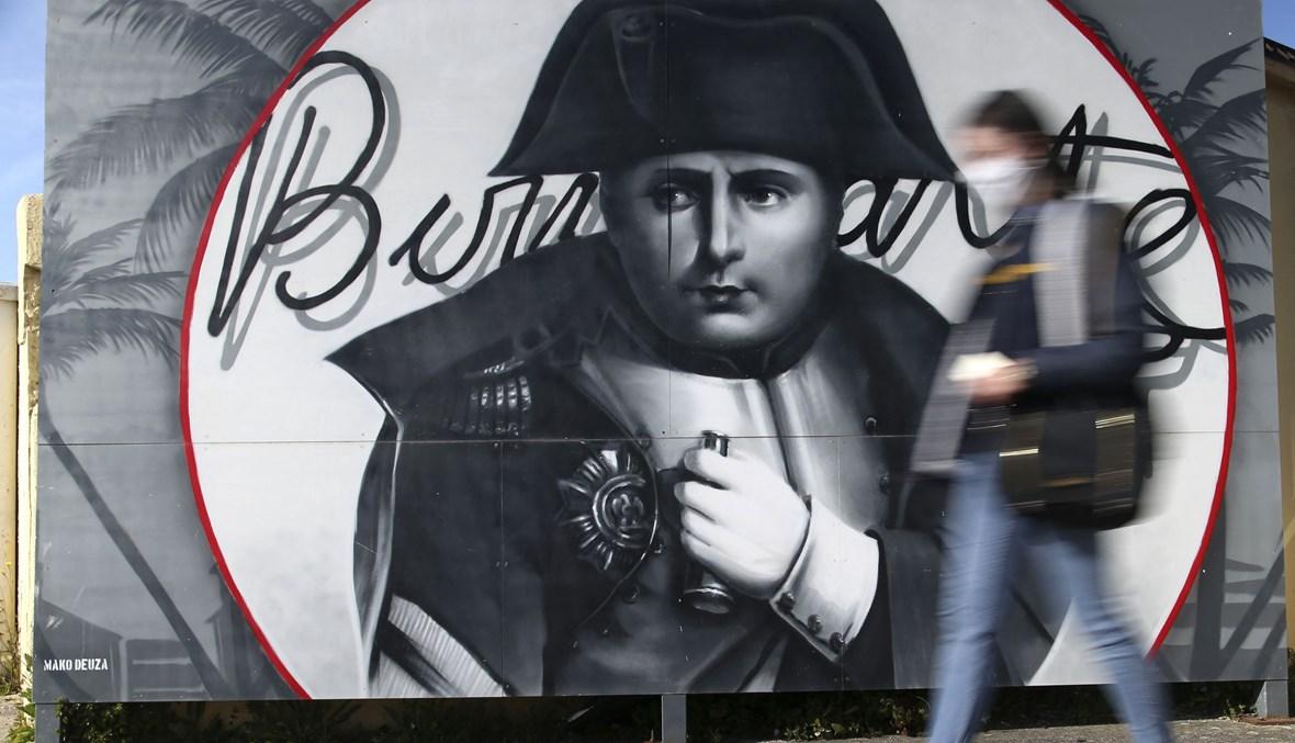 جدارية لنابليون بونابرت في أحد شوارع جزيرة كورسيكا المتوسطية (أ ف ب).