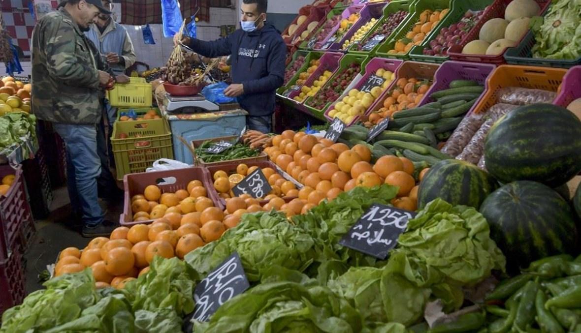 أناس في سوق مركزي بمدينة مساكن التونسية في 24 نيسان 2021. (أ ف ب)