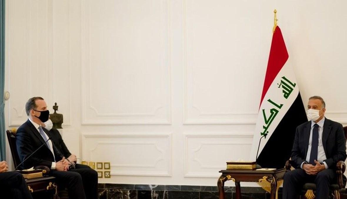 رئيس الوزراء العراقي مصطفى الكاظمي -الى اليمين- ومنسق البيت الأبيض لشؤون الشرق الأوسط وشمال إفريقيا بريت ماكغورك في بغداد أمس.