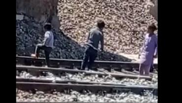 بالفيديو: أطفال يحلّون مسامير سكة حديد في سوهاج