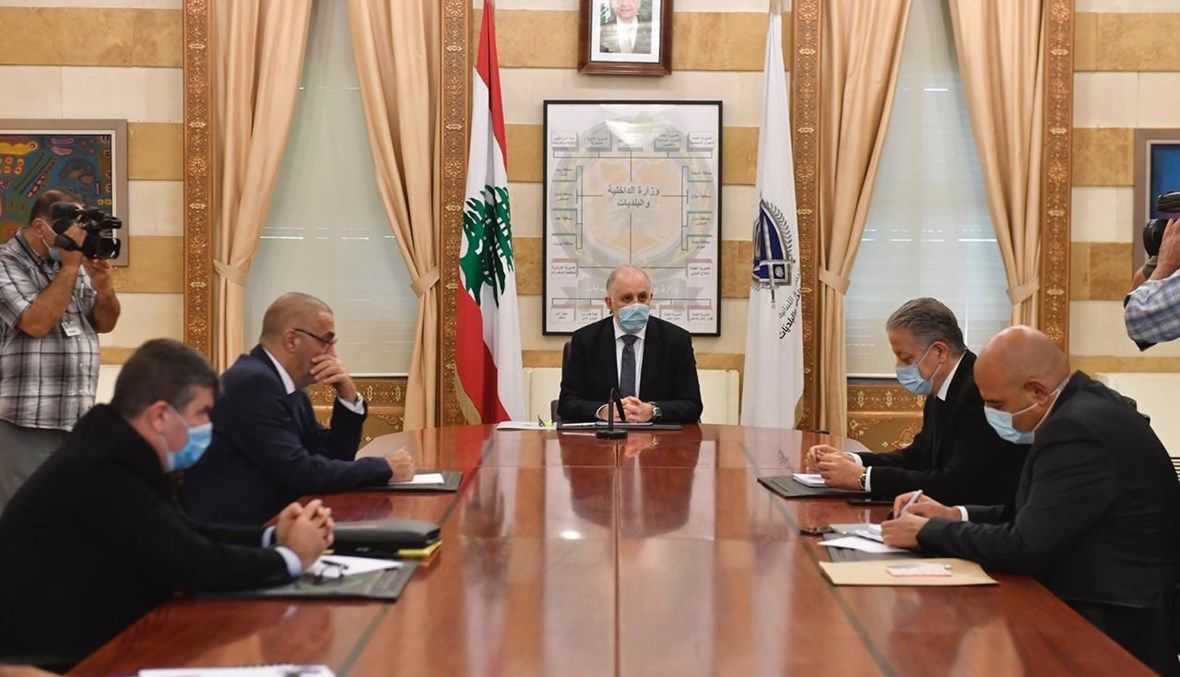 وزير الداخلية والبلديات محمد فهمي خلال ترؤسه اجتماعا امنيا في مكتبه في الوزارة