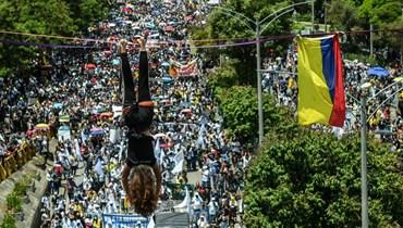 متظاهر علّق نفسه بواسطة حبل خلال احتجاج في ميديلين بكولومبيا (5 ايار 2021، ا ف ب).