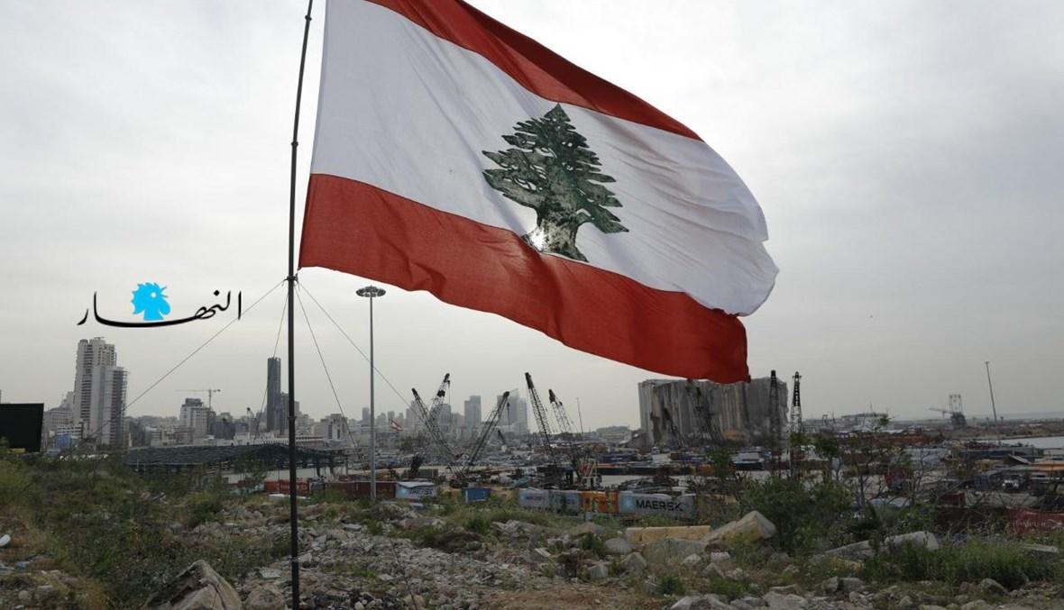 العلم اللبناني مقابل مرفأ بيروت (مارك فياض).