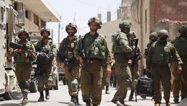 جنود إسرائيليون يشاركون في عملية أمنية في قرية عقربا الفلسطينية شرق نابلس بالضفة الغربية المحتلة (4 ايار 2021، أ ف ب).