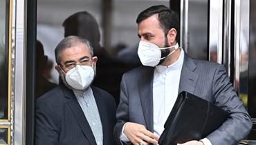 """مندوب ايران الدائم لدى الوكالة الدولية للطاقة الذرية في فيينا كاظم غريب عبادي (الى اليمين) يغادر فندق """"غراند فيينا"""" في فيينا، بعد المحادثات (7 ايار 2021، أ ف ب)."""