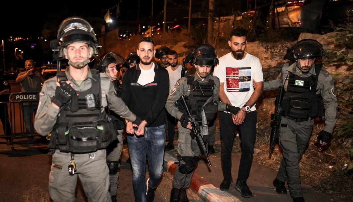عناصر من قوات الأمن الإسرائيلية يعتقلون فلسطينيين كانوا يتظاهرون تضامنا مع عائلات في حي الشيخ جراح في القدس الشرقية (6 ايار 2021، أ ف ب).