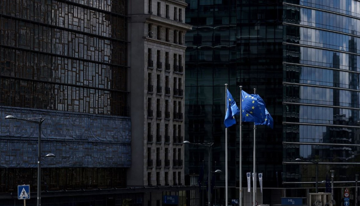 أعلام الاتحاد الأوروبي ترفرف امام مقر المفوضية الأوروبية في بروكسيل (5 ايار 2021، أ ف ب).