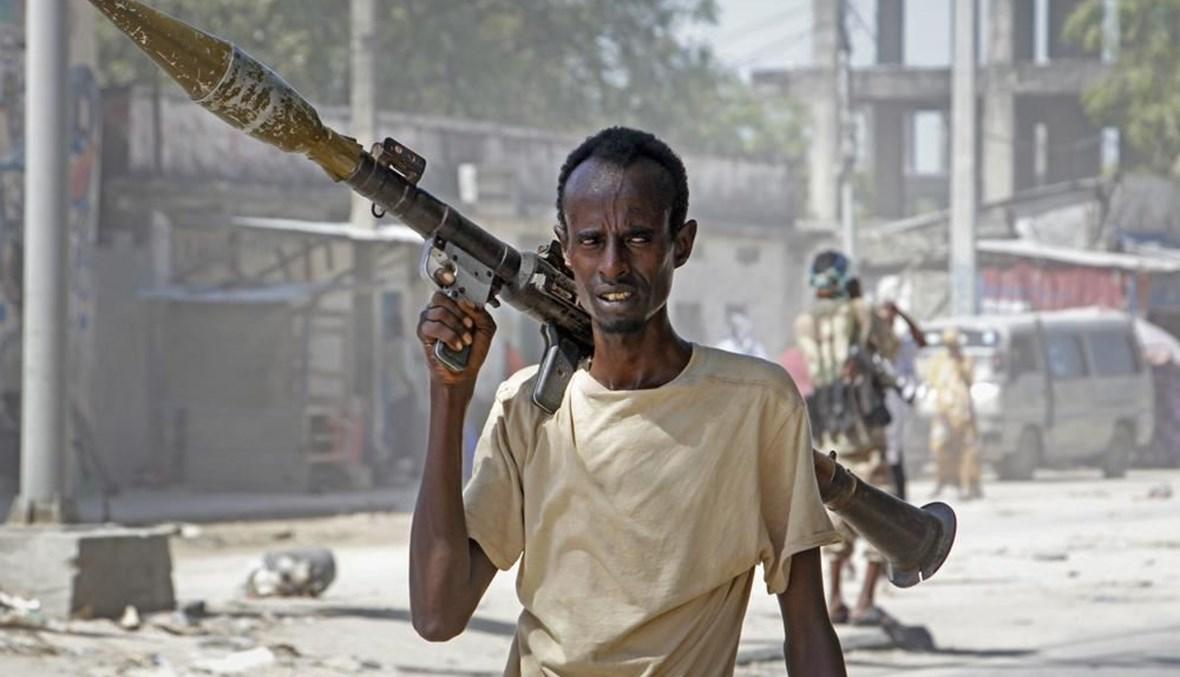 جندي داعم لمجموعات معارضة مناهضة للحكومة، يحمل قاذفة قنابل صاروخية في أحد شوارع منطقة الفجة بمقديشو (25 نيسان 2021، أ ب).