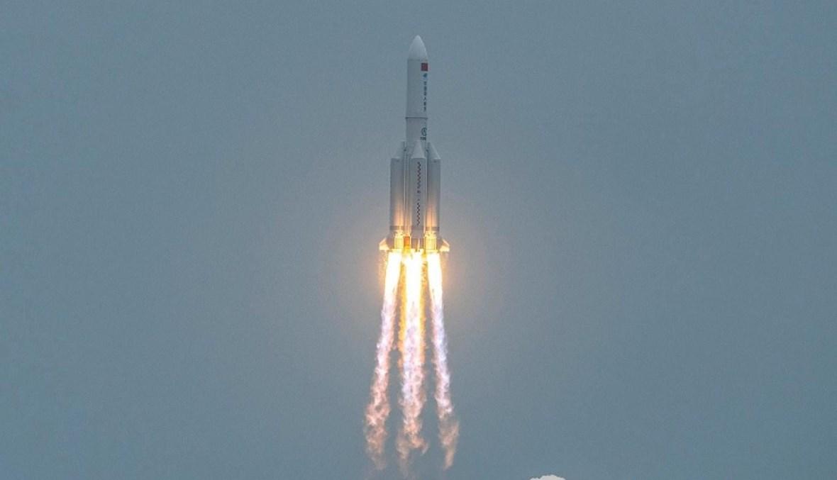 """صاروخ """"لون مغارش 5 بي"""" الصيني حاملاً وحدة من محطة فضائية تبنيها بيجينغ (أ ف ب)."""