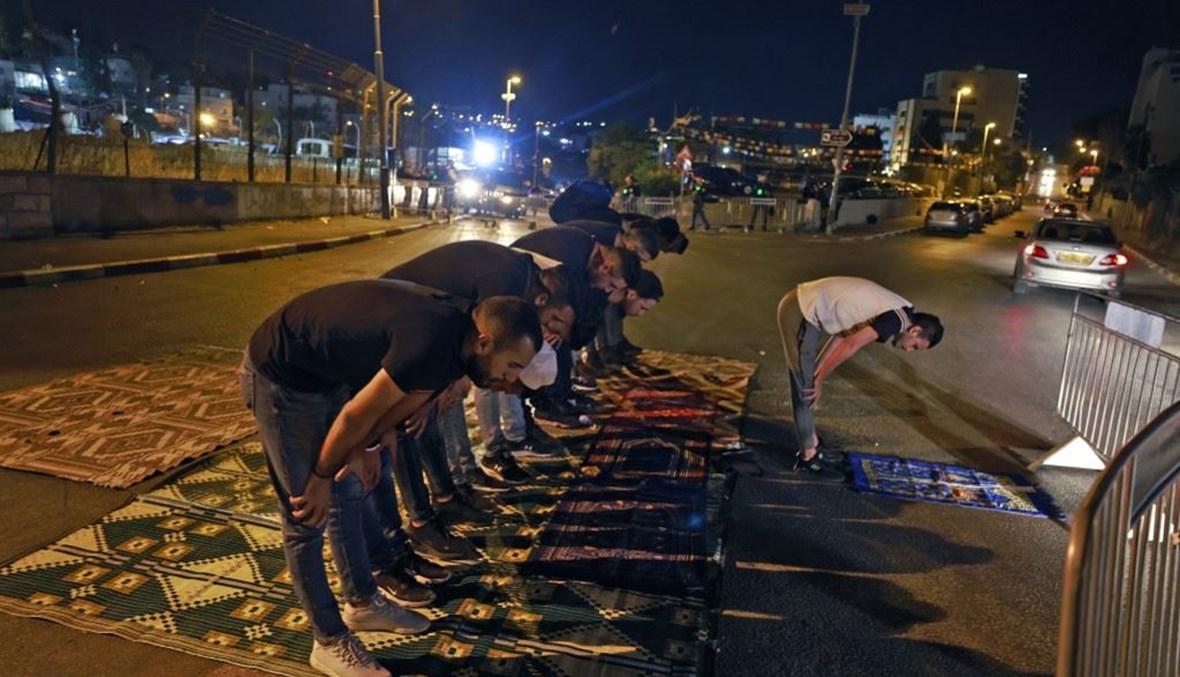 شبّان فلسطينيّون يصلّون في باحة المسجد الأقصى (أ ف ب).