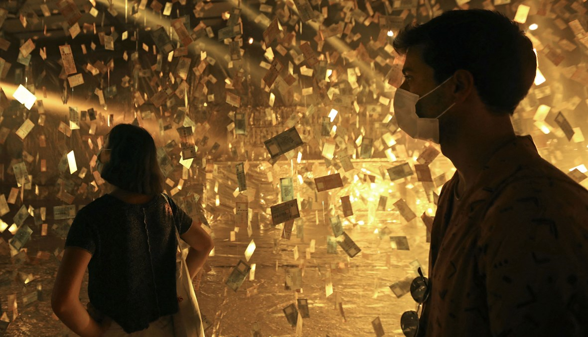 """عمل فنيّ بعنوان """"منهارة '' للفنان اللبناني كارلو كسابيان حول تدهور قيمة الليرة اللبنانية (تعبيرية- """"أ ف ب"""")."""