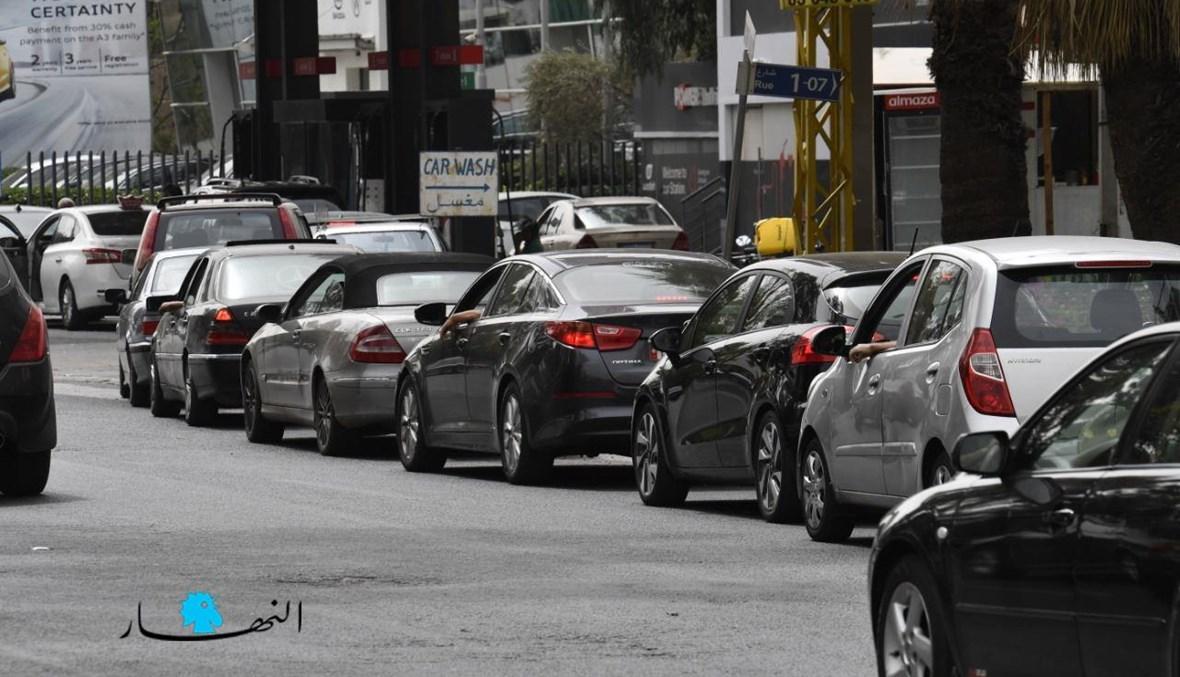 مشهد طوابير الذلّ أمام محطات الوقود يتكرّر وسط غياب الحلول السياسية (تصوير حسام شبارو).