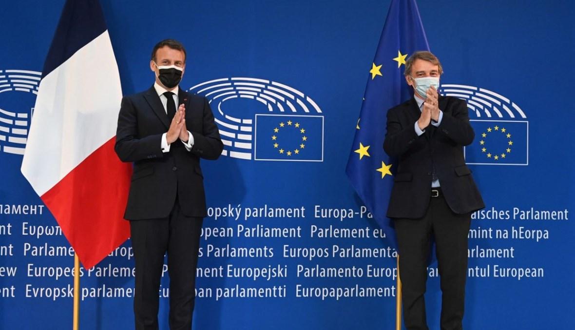 ماكرون ورئيس البرلمان الأوروبي ديفيد ساسولي يصفقان في البرلمان الأوروبي في ستراسبورغ شرق فرنسا، بمناسبة يوم أوروبا 2021 ومؤتمر مستقبل أوروبا (9 ايار 2021، أ ف ب).