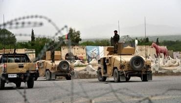 عناصر من قوات الأمن الأفغانية تمركزوا في عربات همفي خلال عملية عسكرية في منطقة أرغنداب بإقليم قندهار (4 نيسان 2021، أ ف ب).