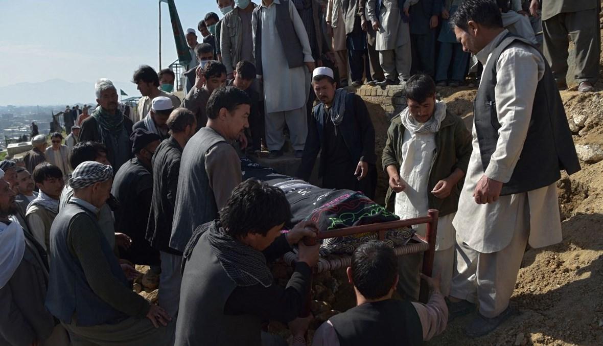أفغان يشيعون جثة فتاة قضت في الهجوم، في داشت بارتشي عند مشارف كابول (9 ايار 2021، أ ف ب).
