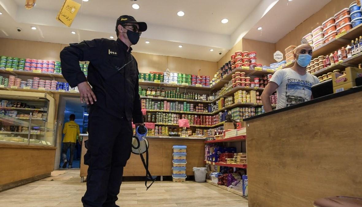 شرطي داخل محل لبيع المواد الغذائية في العاصمة تونس (9 ايار 2021، أ ف ب).