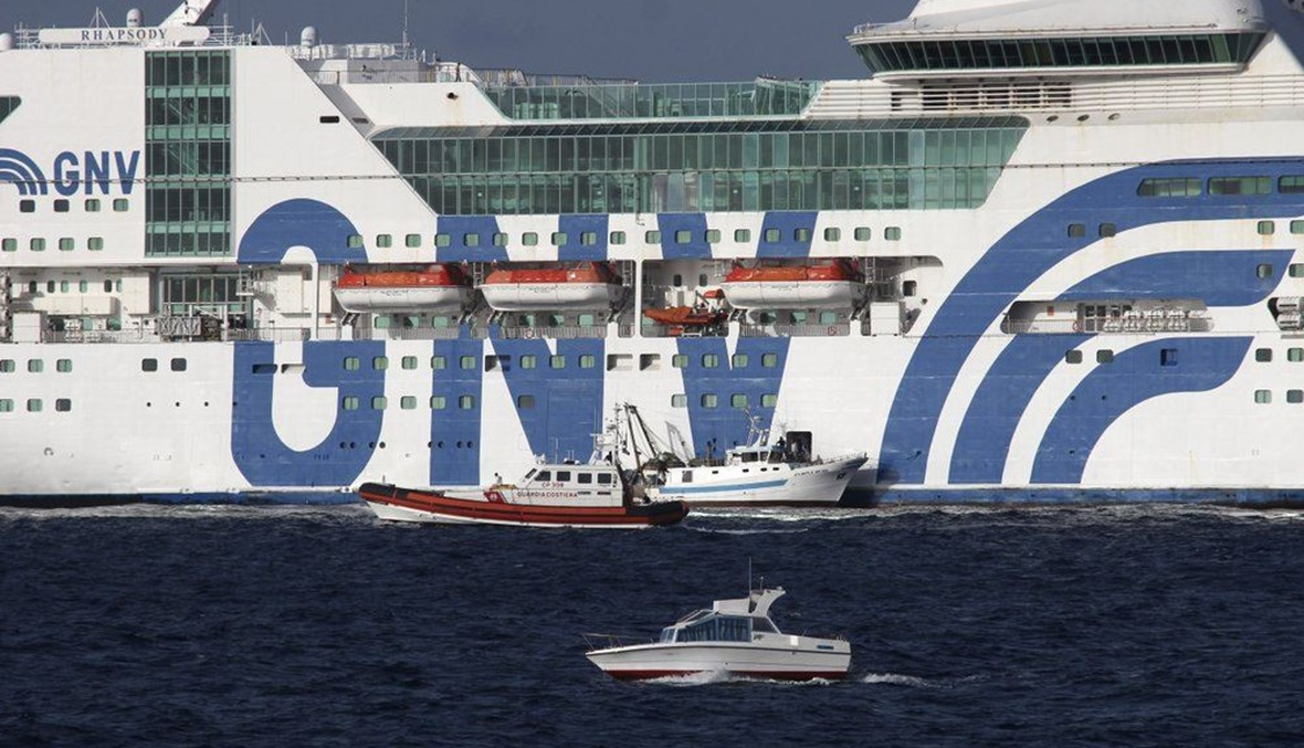 نقل مهاجرين إلى العبارة GNV Rhapsody الراسية قبالة جزيرة لامبيدوزا بإيطاليا (5 ايلول 2020، أ ب).