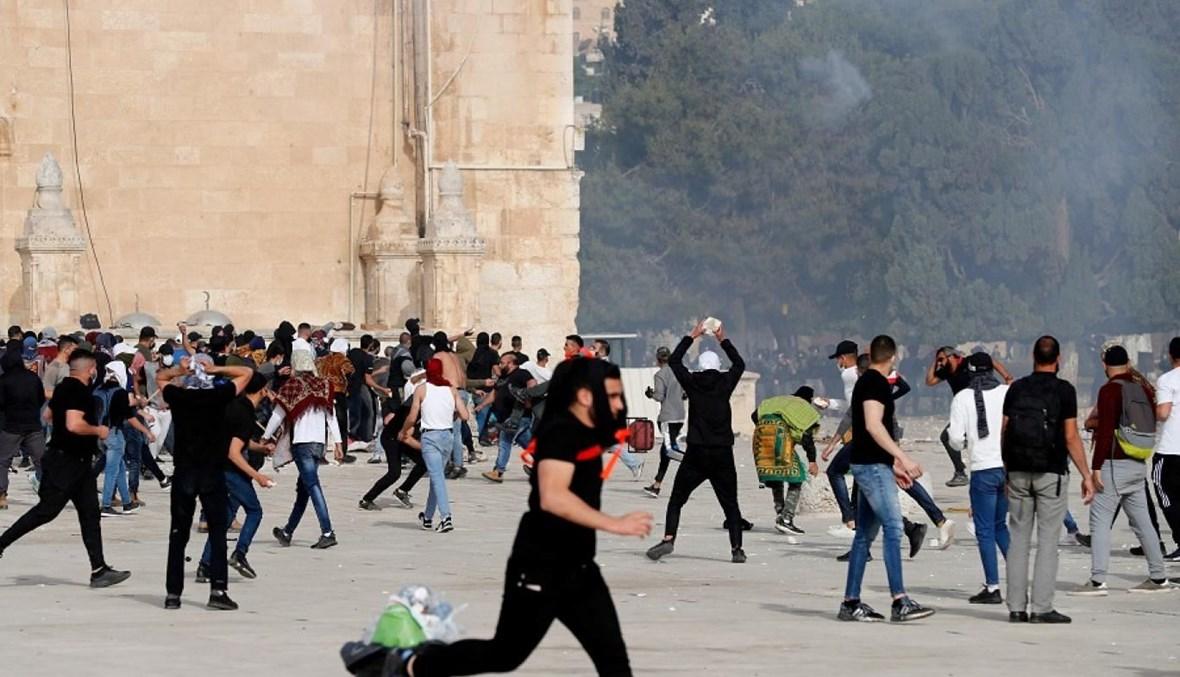 الفلسطينيون يتصدون لهجوم جنود الاحتلال  في باحات الأقصى