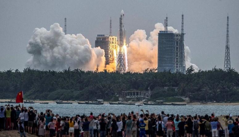 """انطلاق صاروخ """"لونغ مارش 5 بي"""" من مركز وينشانغ في مقاطعة هاينان جنوب الصين (29 نيسان 2021، أ ف ب)."""