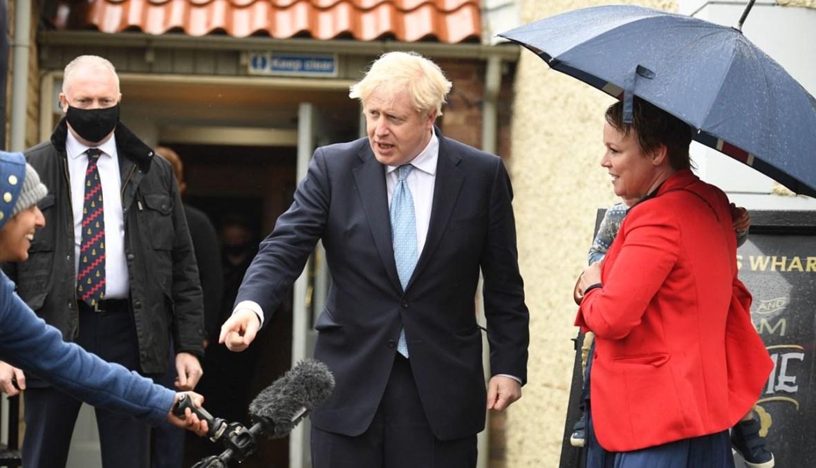 جونسون يمازح صحافيا خلال زيارة لهارتبول شمال شرق إنكلترا (7 ايار 2021، ا ف ب).