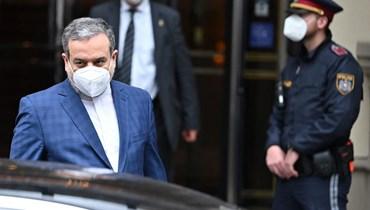 """عراقجي مغادرا فندق """"غراند فيينا"""" في فيينا بعد المحادثات النووية المغلقة (7 ايار 2021، ا ف ب)."""