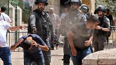 عناصر من قوات الأمن الإسرائيلية يرشون متظاهرين فلسطينيين في البلدة القديمة بالقدس (10 ايار 2021، أ ف ب).