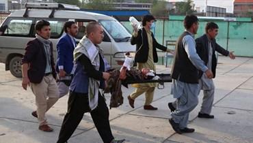 نقل فتاة جريحة على نقالة إلى المستشفى بعد انفجار خارج مدرسة في داشت بارشي غرب كابول (8 ايار 2021، أ ف ب).