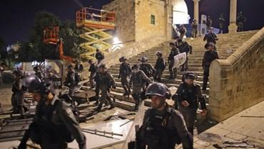 القوات الإسرائيلية تستبيح المسجد الأقصى (أ ف ب).