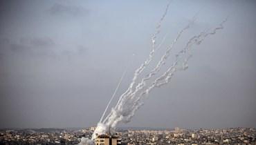 صواريخ لدى إنطلاقها من قطاع غزة أمس.   (أ ف ب)