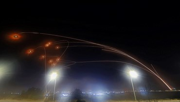 نظام القبة الحديدية للدفاع الجوي الإسرائيلي يعترض الصواريخ التي تم إطلاقها من قطاع غزة (أ ف ب).